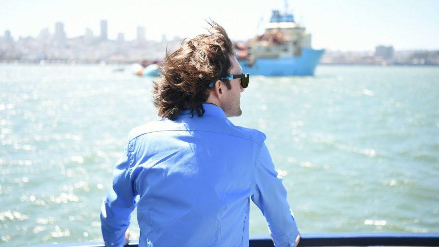 "Boyan Slat regarde son ""System 001"" sur la mer"