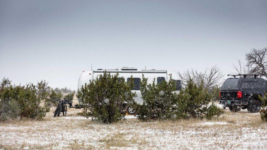 Camper sous la neige en van ou en caravane ne s'improvise pas.