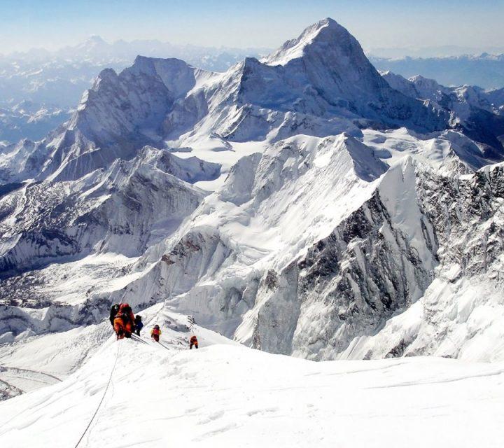Alpinistes sur une arete de l'everest