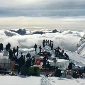 Une équipe de tournage se prépare à tourner en montagne.