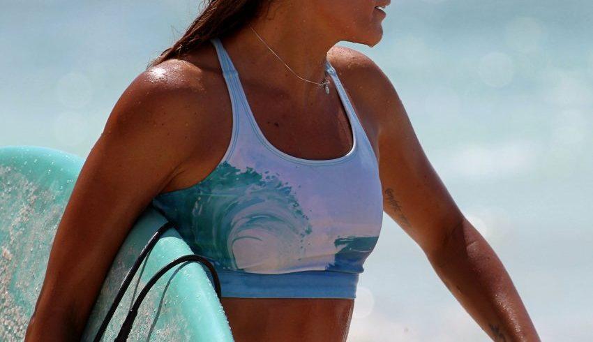 Surfeuse planche à la main