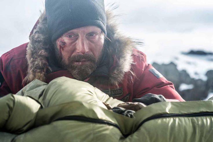 Mads Mikkelson en parka pourrie dans son premier film de survie.