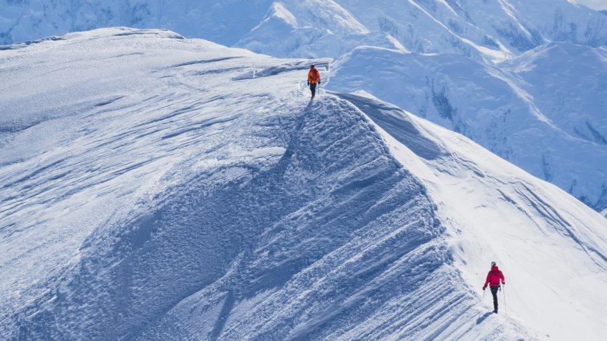 alpinistes marchant sur une arête