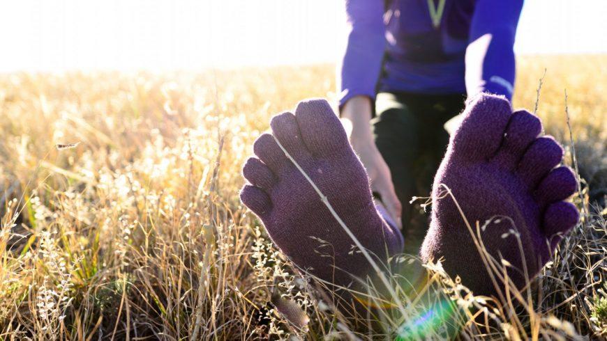 Une femme fait des étirements dans un champ