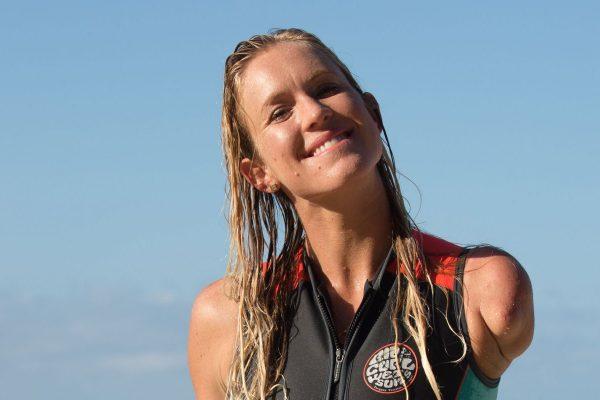 Bethany Hamilton, souriante en combi de surf