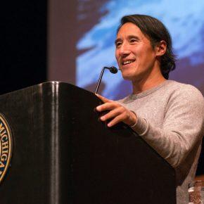 Jimmy Chin lors d'une conférence à l'université du Michigan