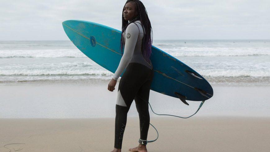 "Khadija ""Khadjou"" Sambe avec sa planche de surf"