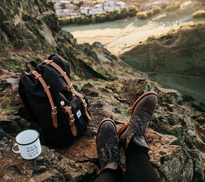 Un voyageur posé en altitude avec son sac à dos