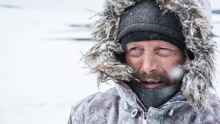 Mads Mikkelsen dans sa parka en plein milieu de l'Arctique après un crash.