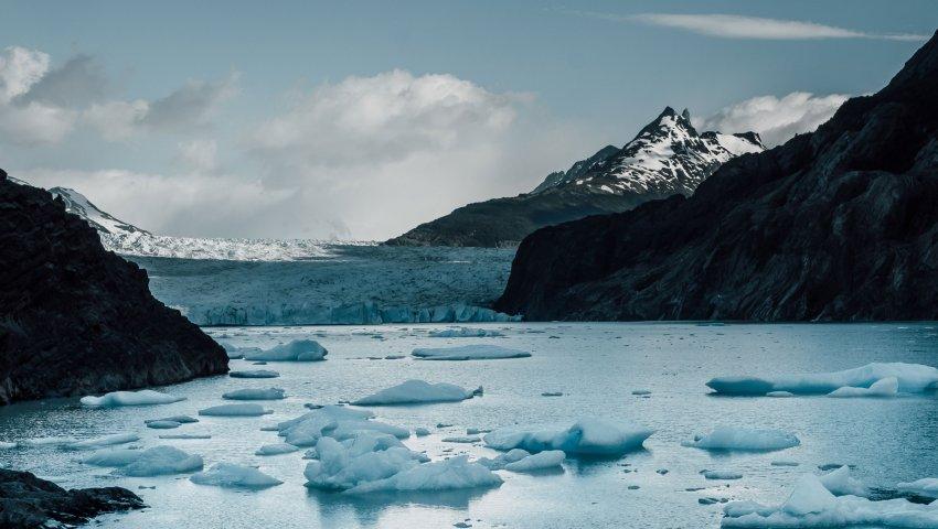 Un glacier déborde sur un lac
