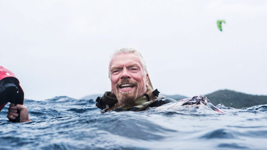 Richard Branson surnageant au milieu de l'eau