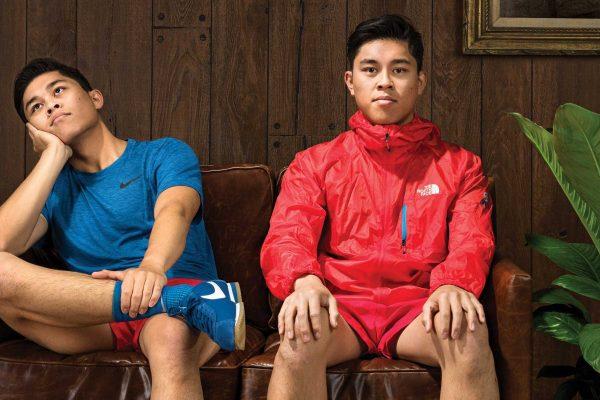 Assis sur un canapé en tenue de sport