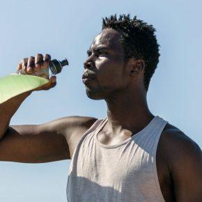 Un homme boit une boisson énergétique