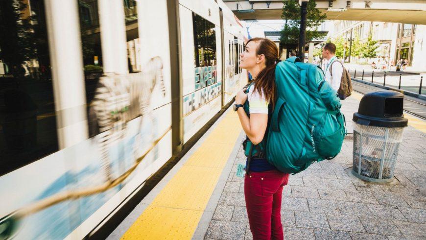 Une voyageuse regarde un train partir