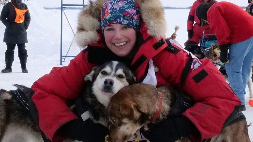 La musheuse Blair Braverman entourée de ses chiens