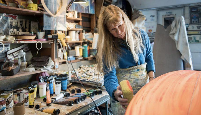 Cher Pendarvis dans son atelier de shape de planches de surf