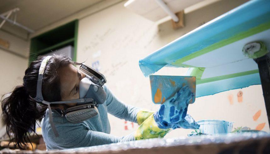 Dewi Malopsi dans son atelier de shape de planches de surf
