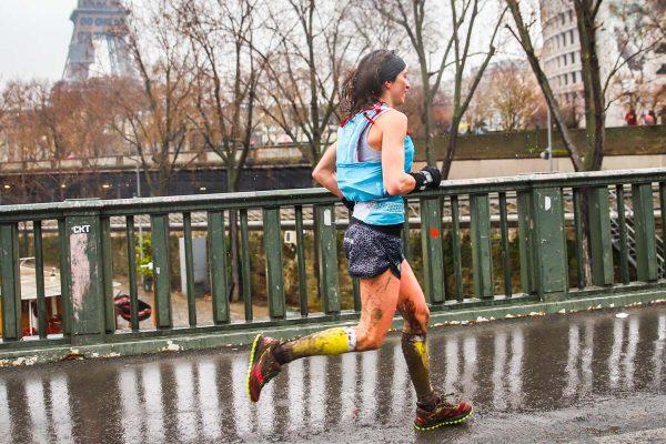 Jennifer Fontaine arrivant dans les rues de Paris pendant l'Ecotrail