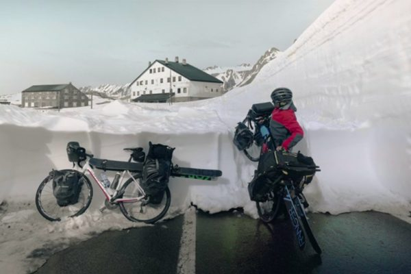 Cycliste arrêté sur une route enneigée