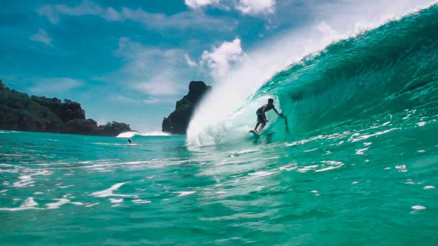 Italo Ferreira en train de surfer à Fernando de Noronha