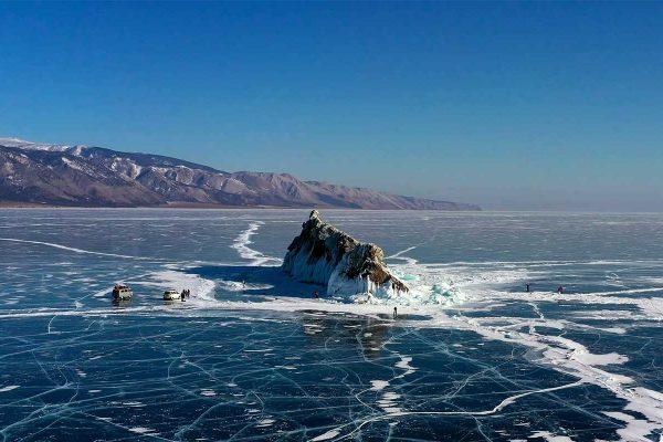 Photo de drone du lac Baikal gelé