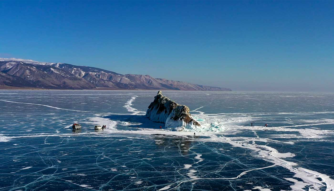 Photo de drone du lac Baikal gelé