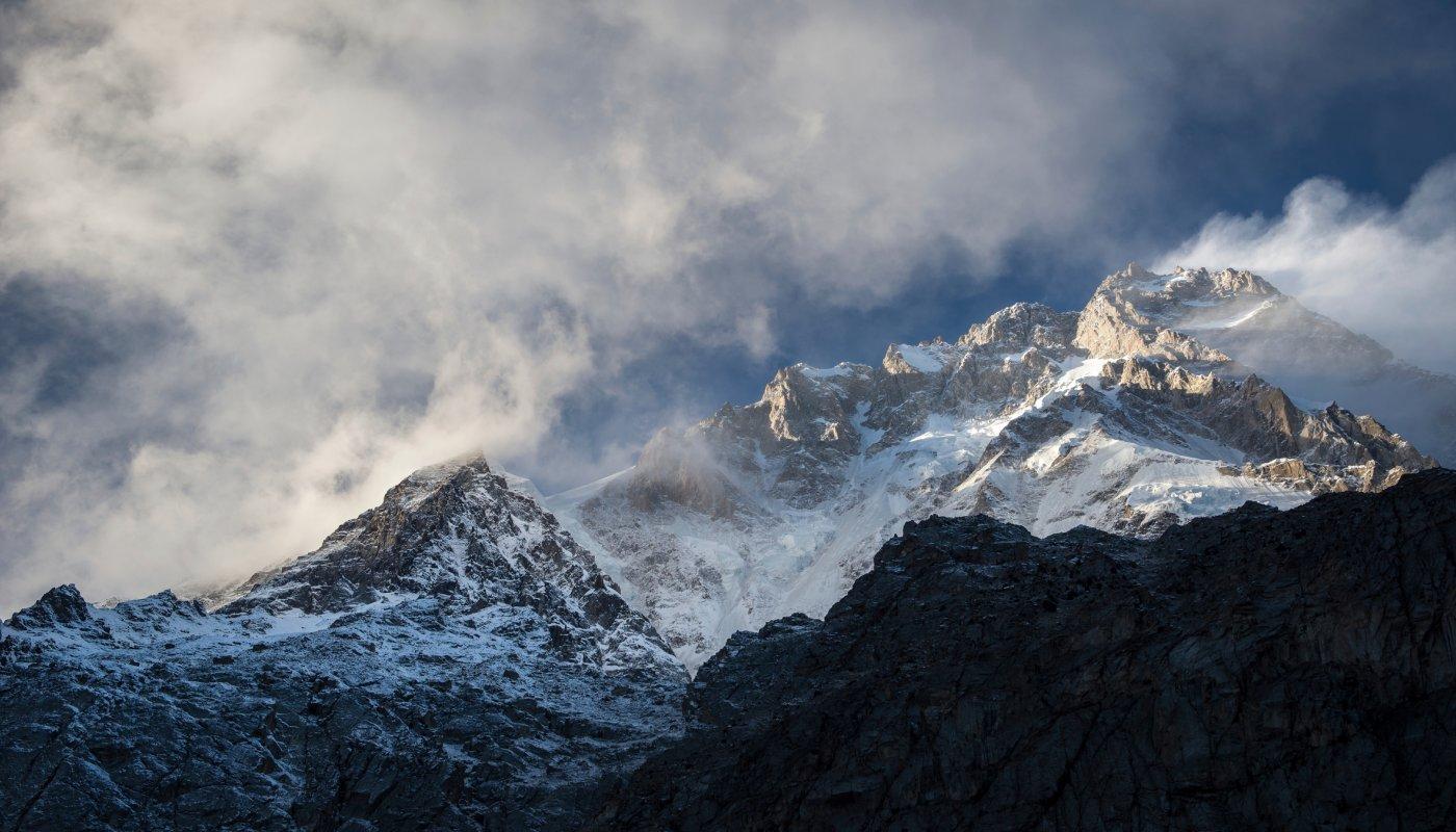 La montagne Nanga Parbat enneigée dans la brume