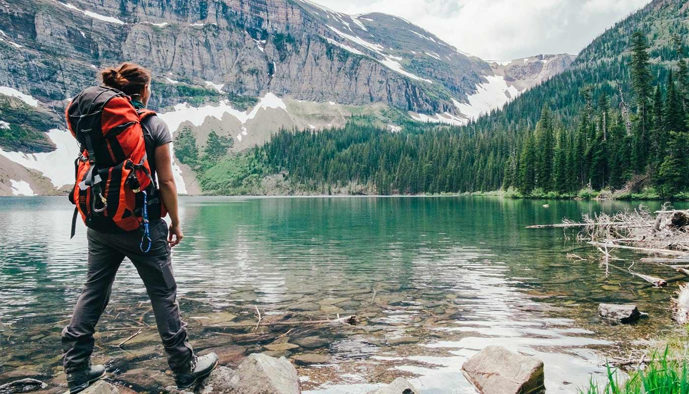 Randonneuse au bord d'un lac de montagne