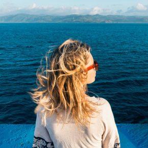 Une femme observe la mer