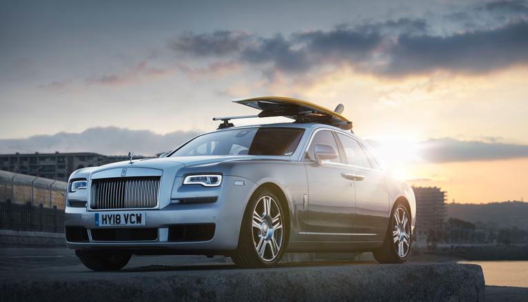 Rolls-Royce Ghost avec une planche de surf