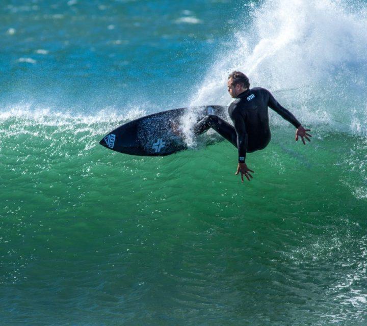Taylor Knox surfant la vague