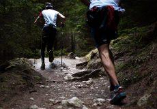 Deux traileurs sur un sentier dans la nature