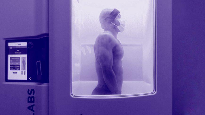 Homme dans une machine de cryothérapie