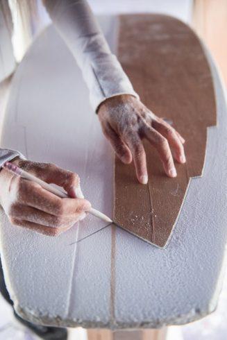 Valérie Duprat en train de shaper une planche de surf