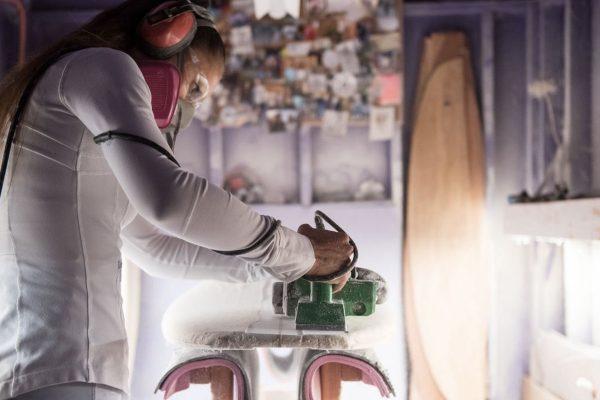 Valérie Duprat shapeuse française de planches de surf dans son atelier californien