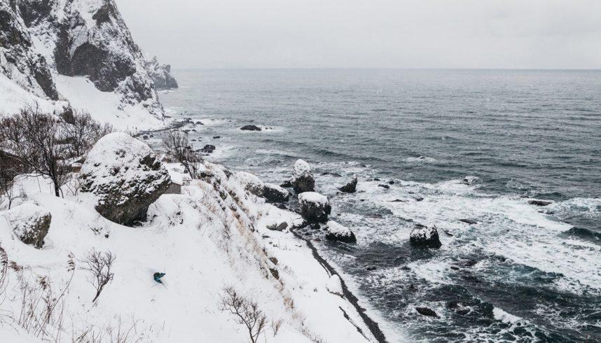 Sous la neige du Japon la montagne rejoint l'océan