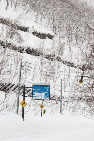 Un skieur saute une barrière anti-avalanche au Japon