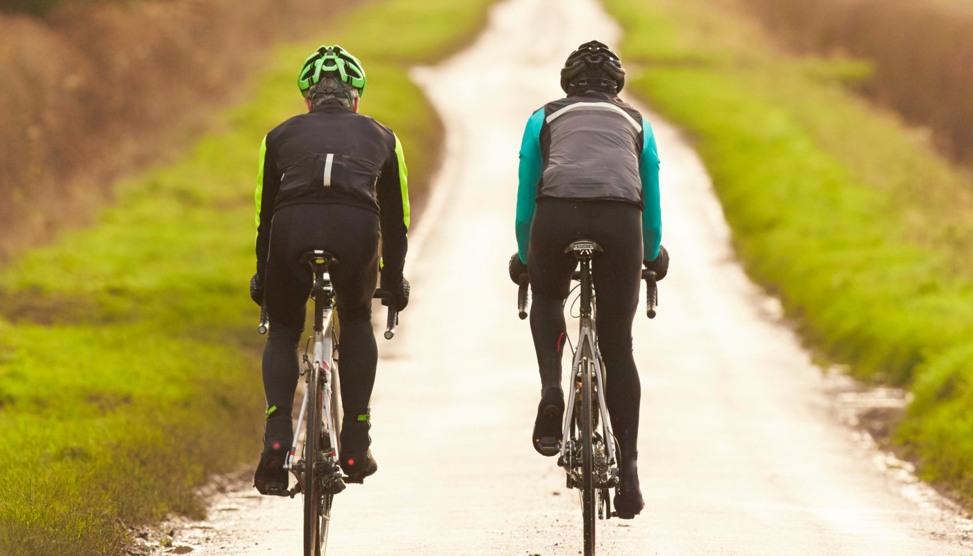 Deux cyclistes sur une petite route de campagne