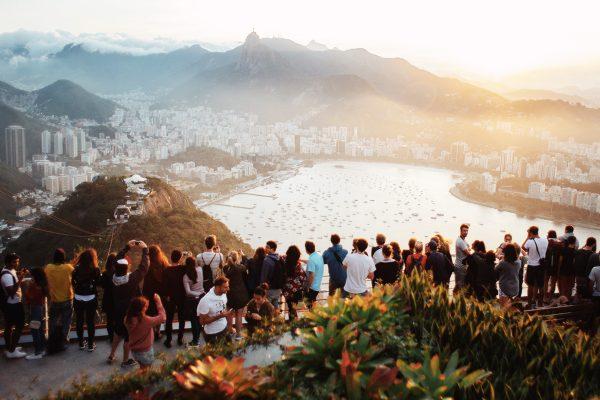 Des touristes se pressent pour admirer la vue à Rio de Janeiro, au Brésil.