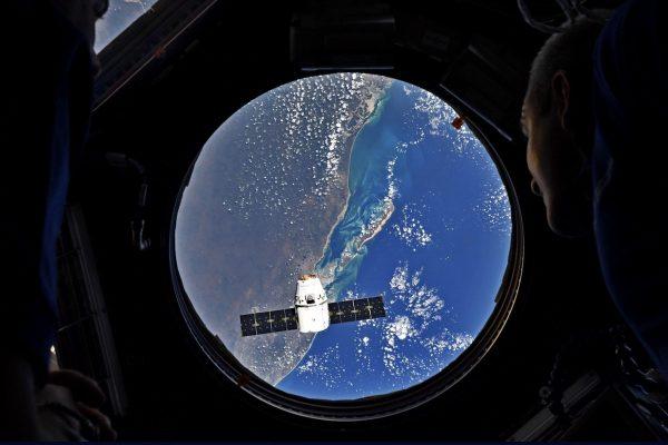 Le vaisseau cargo Dragon SpaceX a été attrapé avec succès par Canadarm2 .le 6 mai