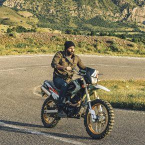 Jason Motlagh sur sa moto près de Choman, Iraq.