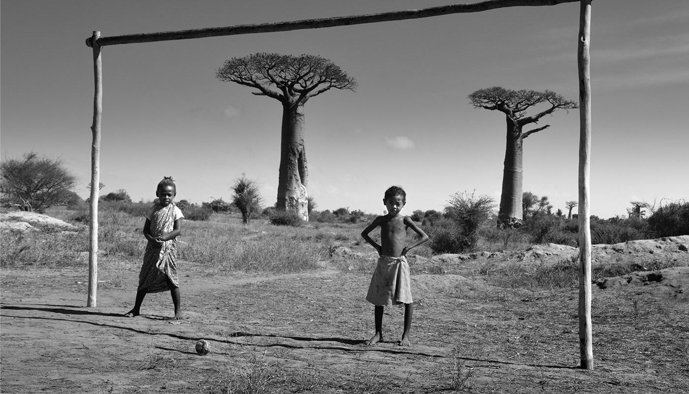 Photo noir et blanc de deux enfants à Madagascar