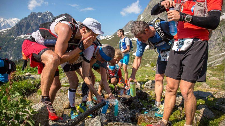 Coureurs se ravitaillent sur le Marathon du Mont Blanc