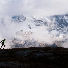 Un homme court dans la montagne