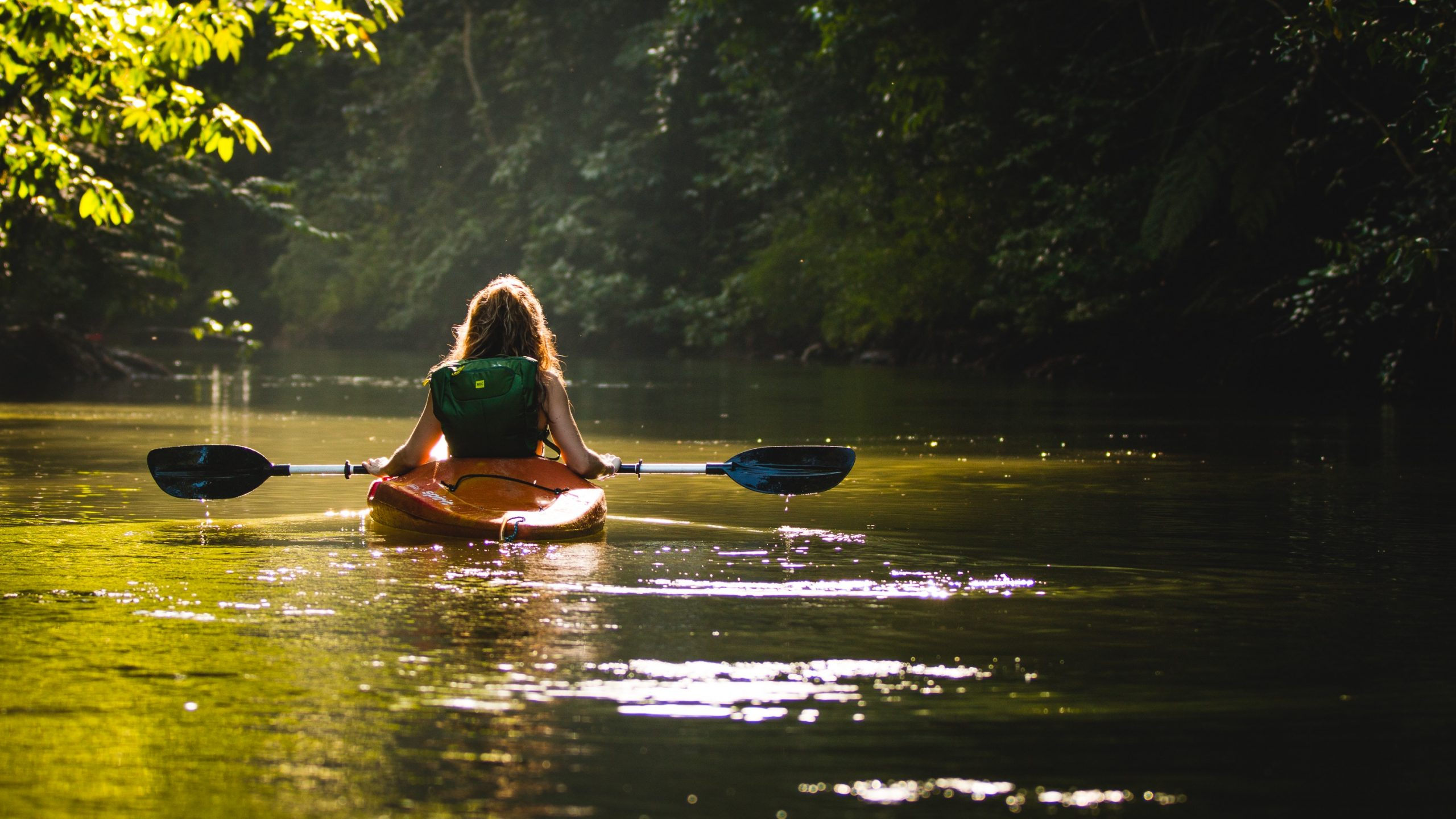 Femme dans un canoe sur la rivière