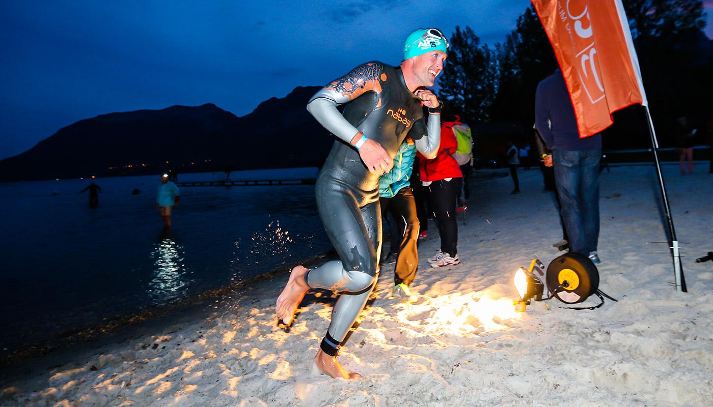 Athlète sortant du Lac d'Annecy sur l'Alpsman