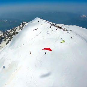 Parapentistes au sommet du Mont-Blanc