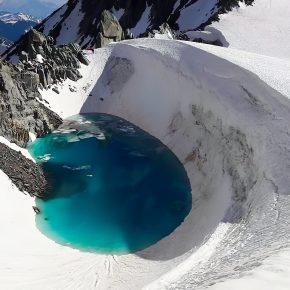 Lac formé de la fonte du glacier, en dessous de la Dent du Géant