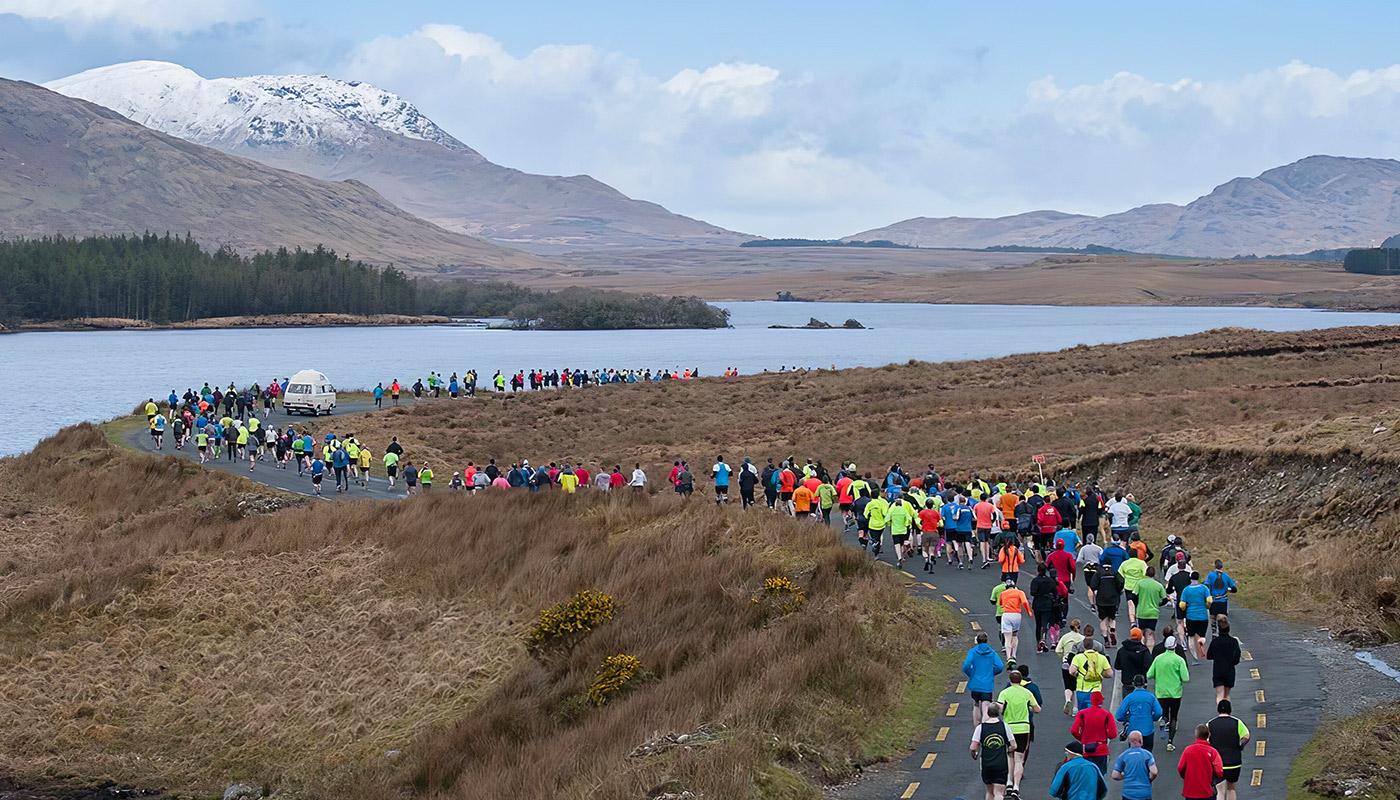 Des coureurs dans la région du Connemara en Irlande
