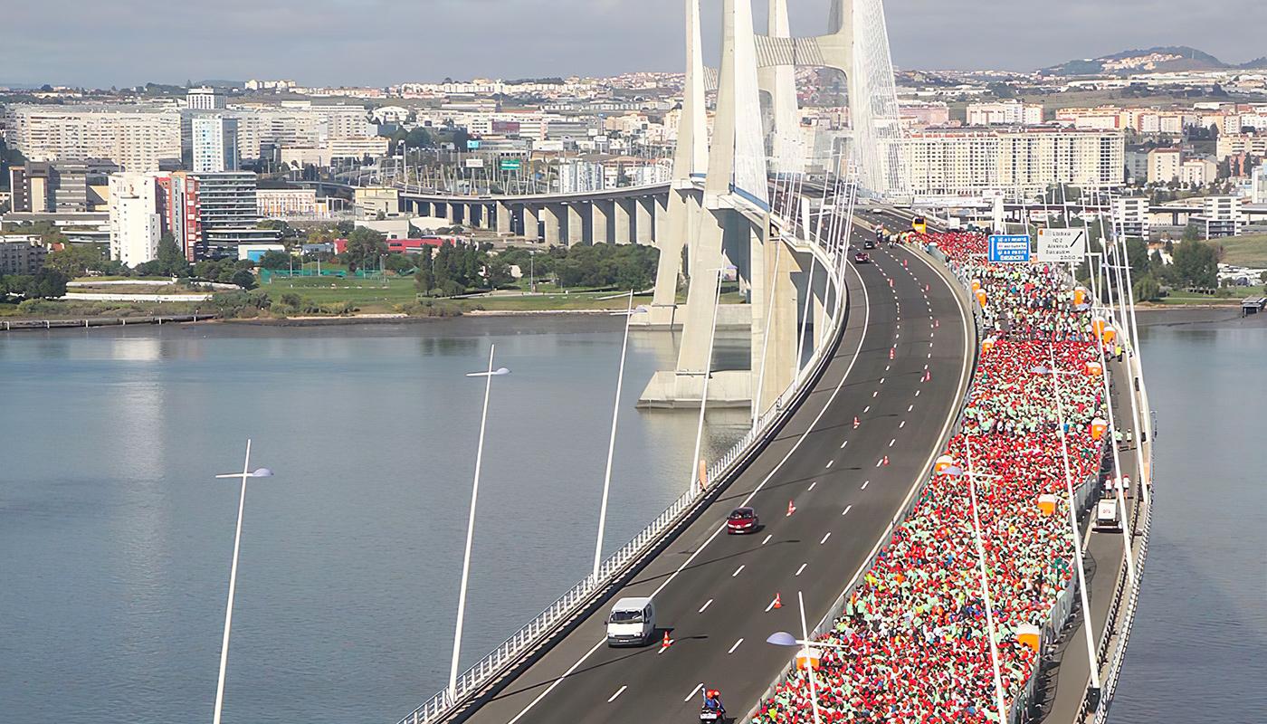 Une foule immense sur un pont de Lisbonne